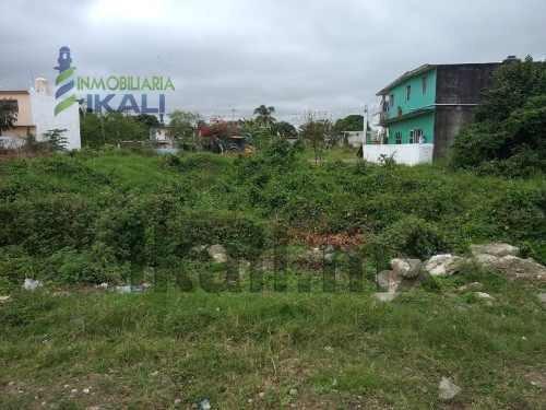 Vendo Terreno 400 M² Col. Reyes Heroles Tuxpan Veracruz. El Terreno Cuenta Con 2 Lotes De 200 M² Cada Uno, Dando Un Total De Un Frente De 10 M² Y Con Una Profundidad De 40 M² El Terreno Cuenta Con Ag