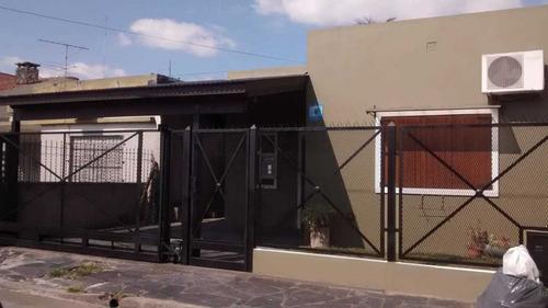 Casa En Adrogue.cuatro Ambientes, Doble Cochera Y Piscina