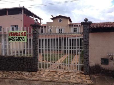 Casa Com Dois Pavimentos E Excelente Localização