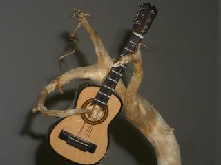 Antigua Decoracion Campestre Raiz De Arbol Tocando Guitarra