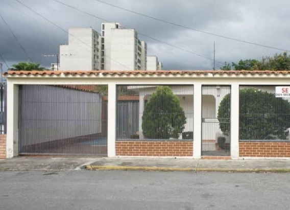 Casa En Venta En Fundalara Barquisimeto 20-2074 Jg