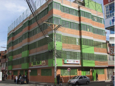 Edificio Cerca A Estación Para Institutos, Universidades