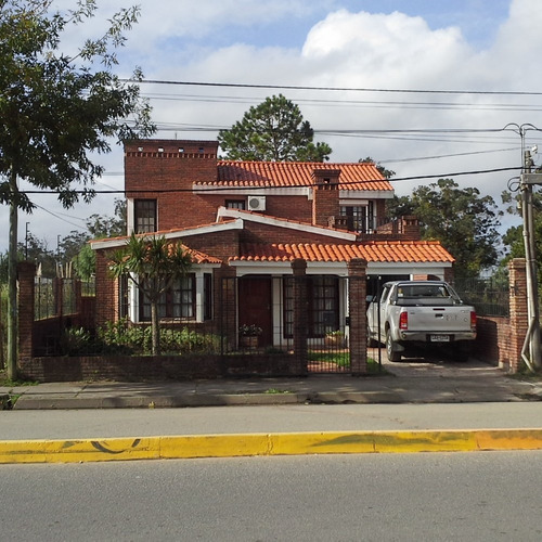 Casa Tipo Chalet  De 2 Pisos  Sobre Avenida