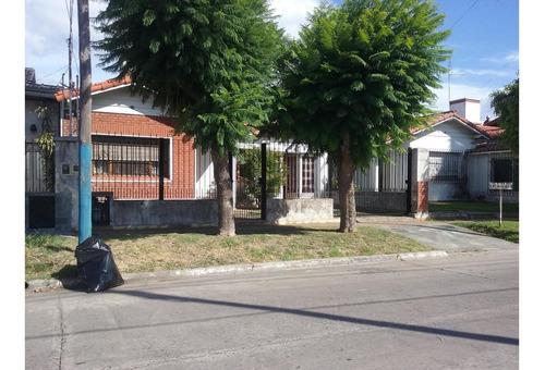 Retasada!!! Chalet De 3 Amb. Con Fondo Libre, Lindo Barrio.