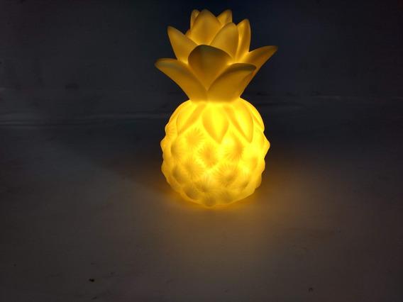 Enfeite De Mesa - Abacaxi Decorativo Iluminado Com Led Amarelo 14cm Altura Com Pilhas E Botão Liga /desliga