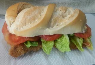 Sandwich De Milanesa Con Tomate Y Lechuga O Jamon Y Queso