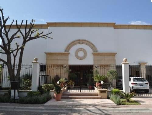 Casa En Venta Con Acabados De Madera De Cerezo De España.