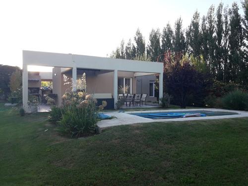Casa En Venta De 2 Dormitorios Con Pileta En Manzanar Kossman En Cipolletti