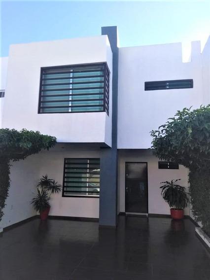 Casa En Venta En Villa Contemporanea A 10 Minutos De Plaza Mayor!!