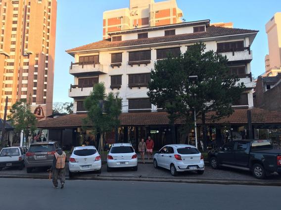 Grupo De Jóvenes. Centro De Pinamar A 3 De La Playa