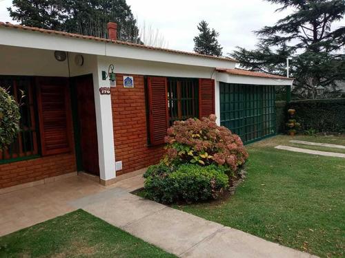 Chalet De 3 Dormitorios, Cochera Y Pileta En Bº Santa Rita
