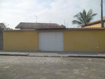 Linda Casa Com Piscina, 50 Metros Da Praia