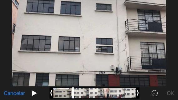 Edificio Con Casa Al Frente