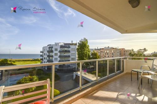 Excelente Apartamento De Tres Dormitorios Frente Al Mar - Punta Del Este- Ref: 9581