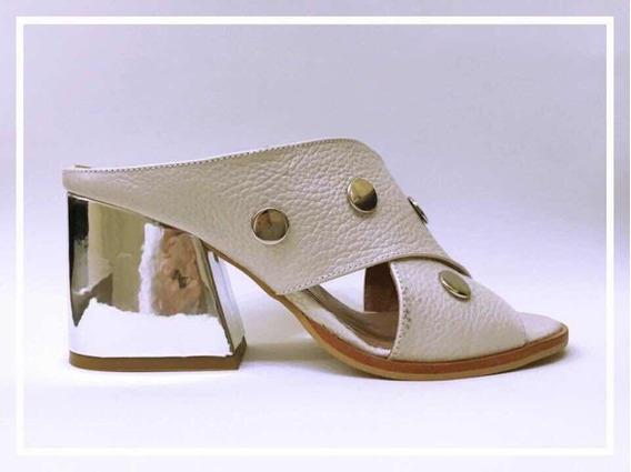 Sandalia Destalonada Color Hielo Con Taco Espejo Plata
