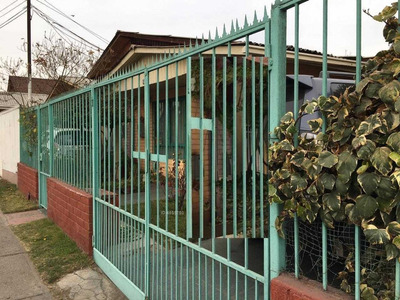 Comoda Casa Esquina / Villa Los Heroes