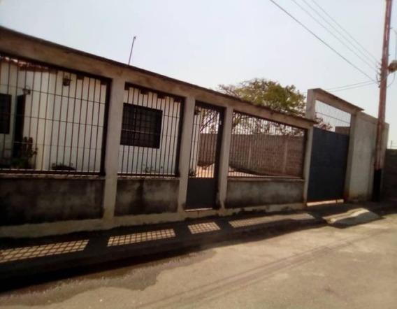 Casas En Venta Zona Centro Acarigua 20-10765 Arq