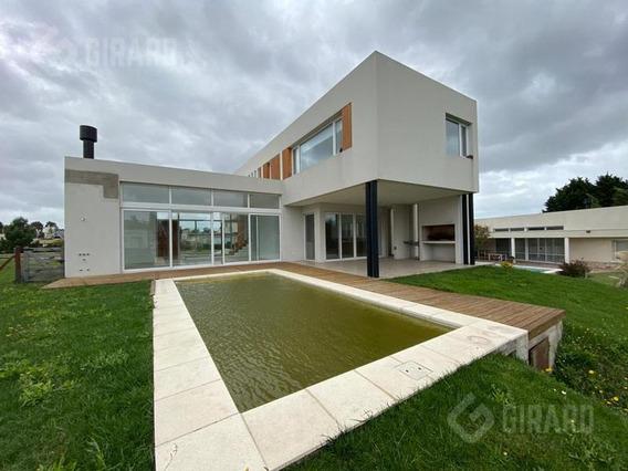 Excelente Casa Moderna En Exclusivo Barrio Rumenco.