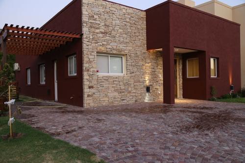 Casa En Venta En Pilar, Barrio La Angélica.