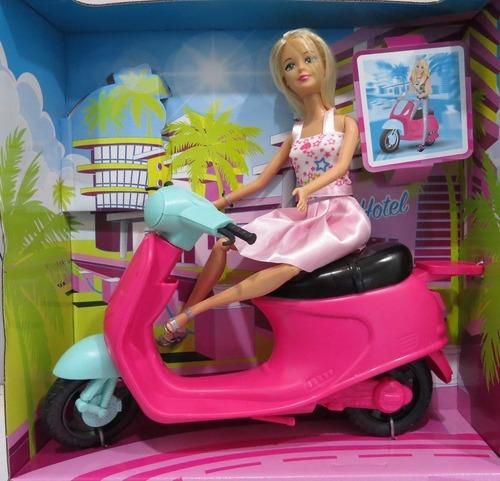 Muñeca Kiara Con Moto 30 Cm Poppi Doll B089