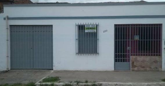Vende- Se Esta Casa Em Otima Localizacao Próximo Ao Centro.
