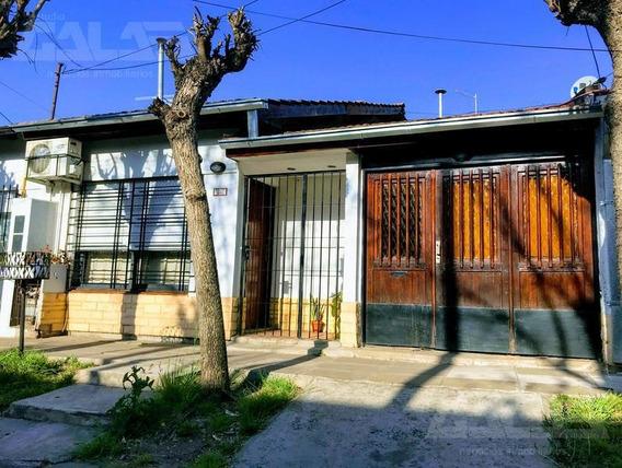 Hermoso Chalet De 3 Ambientes En Muy Linda Zona Residencial De Castelar Norte!