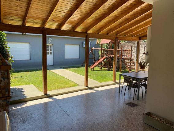 Casa De 4 Hambientes Con Quincho, Jardin Y 3 Chocheras.