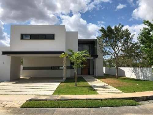 Espectacular Residencia En Esquina Y Equipada En Venta, Parque Central, Mérida