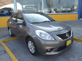 2014 Nissan Versa 4 Cilindros. Color Acero