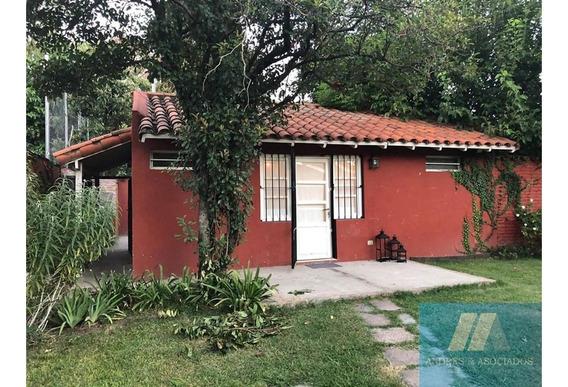 Casa De Tres Ambientes En Barrio Con Porton, Jardin Y Pileta