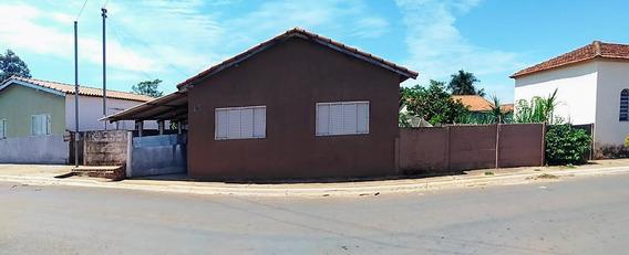 Casa Com 8 Cômodos, Varanda E Um Terreno Amplo