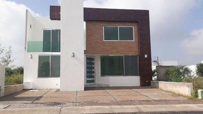 Venta De Casa En Fraccionamiento El Refugio De 2 Plantas 3 Recámaras Balcón
