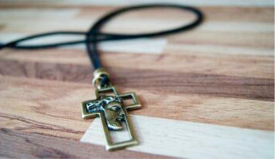 Colar Masculino Cristo Crucificado Cor Bronze Envelhecido
