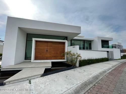 Imagen 1 de 8 de Vista Dorada - Casa Con Sótano Y Sala Doble Altura. Venta