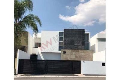 Hermosa Casa Ubicada En Punta Juriquilla, Amplios Espacios, 3 Recamaras, 2.5 Baños, Frente Área Verde