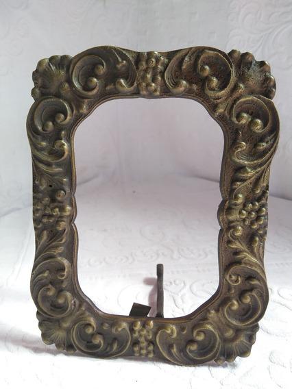 Porta Retrato Em Bronze E Bem Trabalhado Em Relevo