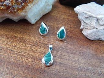 Coordinado De Aretes Y Dije Con Piedra Verde Hojas