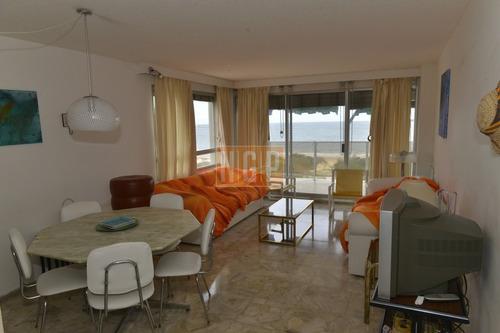 Lindisimo Edificio Frente Al Mar En Playa Mansa- Ref: 124