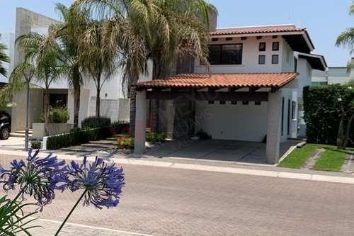 Hermosa Casa Estilo Contemporaneo En Exclusivo Fraccionamiento