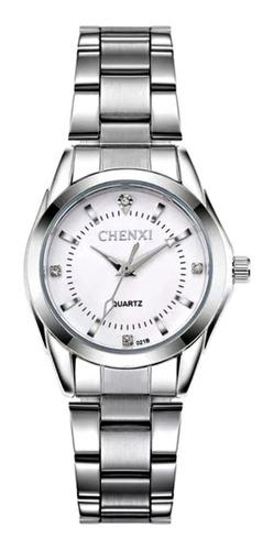 Relógio Feminino Pequeno Prata Aço Inox Fundo Branco Claro