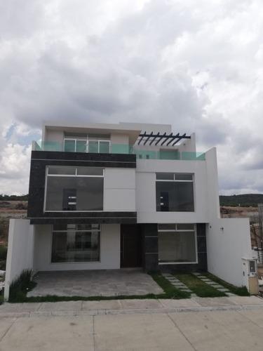 Hermosa Casa Con Terraza, Estudio Y 3 Recamaras Con Baño
