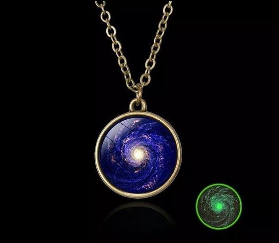 Collar Con Diseño De Galaxia Brilla En La Oscuridad