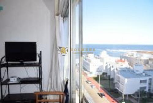 Monoambiente Amplio Cuenta Con Garaje. Muy Bien Ubicado En La Peninsula Cerca De La Playa Brava.- Ref: 2284
