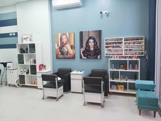 Salão De Beleza Com Pequena Sala De Estética