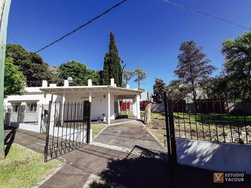 Casa En Esquina De 3 Dormitorios -lote 926 Mts 2 Y 151 Mts 2 Cubiertos - Villa Elisa
