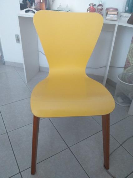 Cadeira Em Laka Amarela Com Os Pés Em Madeira