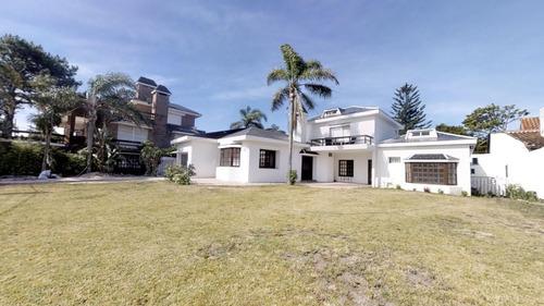 Casa En Venta A 50 Metros De La Playa- Ref: 1437