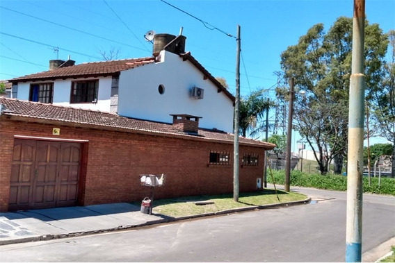 Casa En Esquina Con Garage Para Dos Autos, Piscina Y Tres Dormitorios