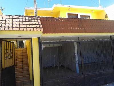Casa Con Terraza Y Estacionamiento Cubierto Para 2 Carros