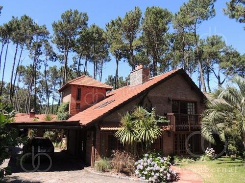 Casa En Pinares, Punta Del Este, 5 Dormitorios, Piscina Y Parrillero.- Ref: 43243